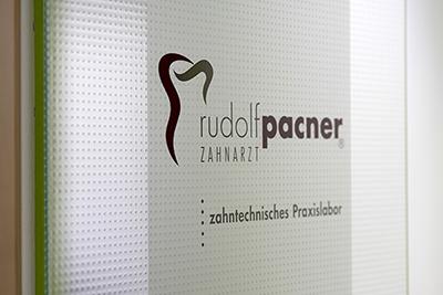 Tür zum zahntechnischen Labor mit Logo Zahnarzt Rudolf Pacner