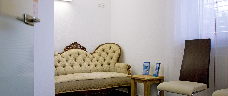 Wartezimmer mit Couch, Beistelltisch und Stuhl